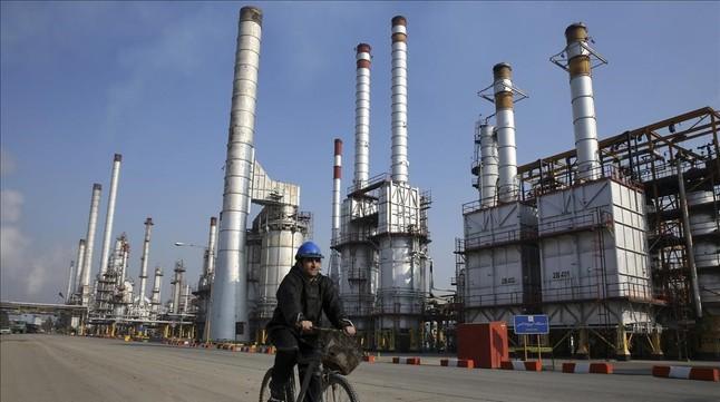 Refinería de petróleo al sur de Teherán, Irán.