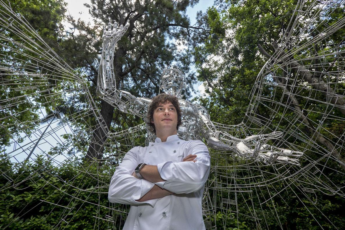 Jordi Cruz, en el jardín del restaurante Àbac.
