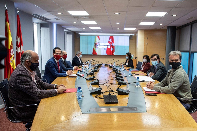 GRAF2614. MADRID, 29/09/2020.- El ministro de Sanidad, Salvador Illa (2d); el director del Centro de Coordinación de Alertas y Emergencias Sanitarias del Ministerio, Fernando Simón (d); la ministra de Función Pública y Política Territorial, Carolina Darias (3d); el vicepresidente de la Comunidad de Madrid, Ignacio Aguado (2i), y el consejero de Sanidad de la Comunidad de Madrid, Enrique Ruiz Escudero (3i), entre otros, durante la reunión del Grupo COVID-19, este martes en la sede de la Comunidad de Madrid. EFE/ Rodrigo Jiménez POOL