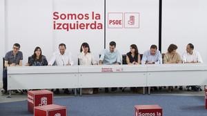 Reunión de la ejecutiva del PSOE este lunes, con Núria Parlon (segunda por la izquierda) y Óscar Puente (tercero por la derecha).