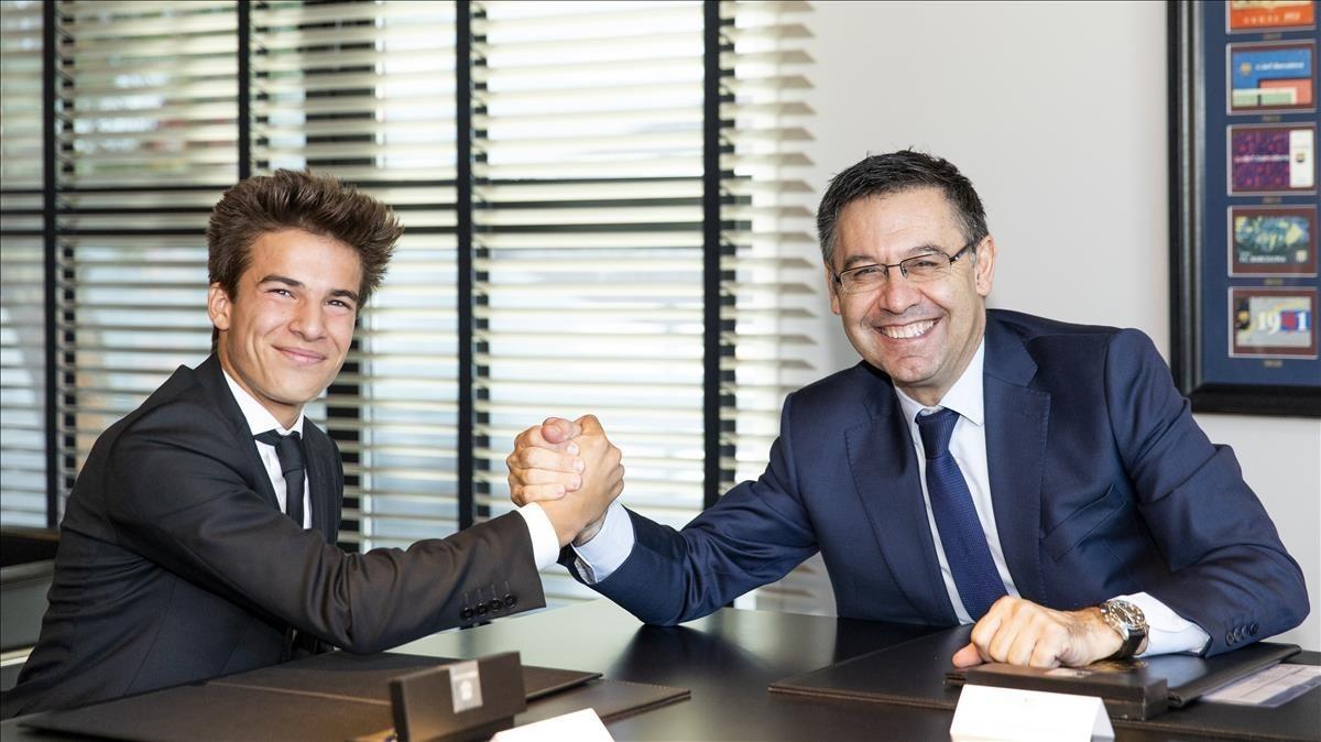 Riqui Puig firmando su contrato de renovación hasta 2021