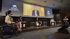 Teresa Perales (derecha) y otros deportistas paralímpicosen la charla de este jueves organizada por CaixaBank.