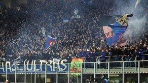 Hinchas de la Atalanta en el partido contra el Valenceia en Milán.