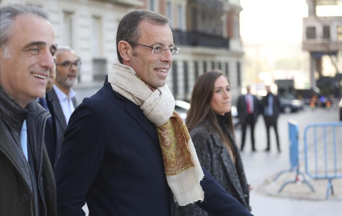Sandro Rosell, junto al abogado Pau Molins, camino de laAudiencia Nacional.