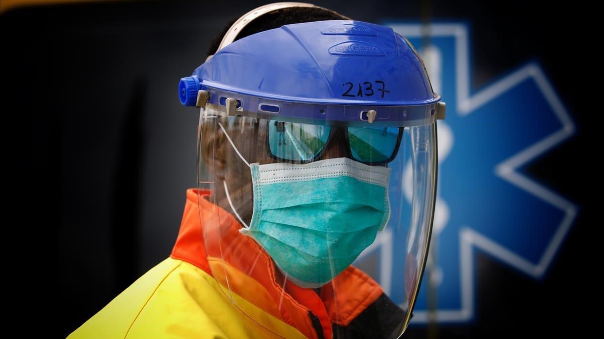 Un sanitario del Servei d'Emergències Mèdiques (SEM), con protección contra el coronavirus.