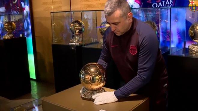 El sexto Balón de Oro de Leo Messi ya se expone en el Museo del Barça.