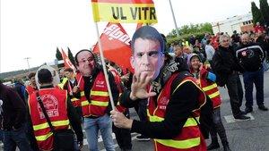 Sindicalistas manifestándose con una careta de Manuel Valls, en el huelga contra su reforma laboral del 2016.