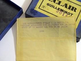 """Sobre vacío en el archivo Puig Farran. En él se puede leer:""""Los carrabineros fieles a la República desfilan aclamados por el pueblo por la calle Ancha""""."""