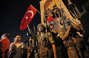 Soldados y partidarios del presidente Erdogan en la Plaza Taksim de Estambul.