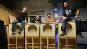 Pablo, Uri, Rodrigo, Orson y Tòbal, con las cajas de los altavoces de subgraves del 'sound system' de Rebelmadiaq.