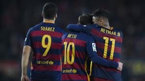 Suárez, Messi y Neymar celebran uno de los goles al Sporting en el Camp Nou.