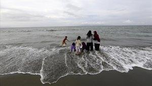 Un grupo de personas en la playa de Syiah Kuala en Banda Aceh, Indonesia, conmemoran el decimoquinto aniversario del tsunami del 2004 en el Océano Índico.