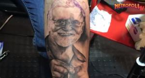 Un joven asturiano se tatúa la cara de Mariano Rajoy en el brazo