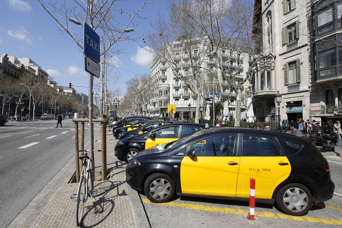 Taxis estacionados cerca del Hotel Majestic, en el paseo de Gràcia de Barcelona.