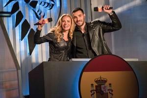 La presentadora Paula Vázquez y el ganador de la segunda temporada de Masterchef celebrity , Saúl Craviotto, son los presentadores de la versión española del concurso Ultimate Beastmaster (Netflix).