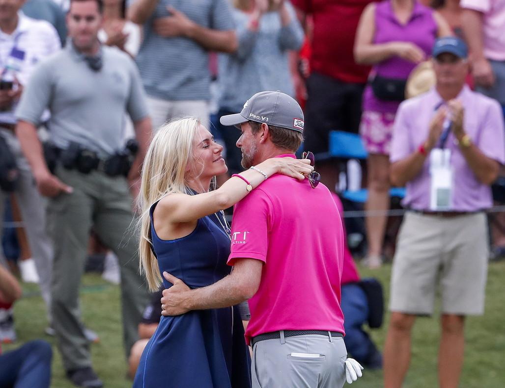 Webb Simpson recibe el apoyo de su esposa tras ganar el torneo.
