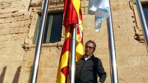L'alcalde de Torredembarra retira l'estelada i penja la bandera espanyola per ordre judicial