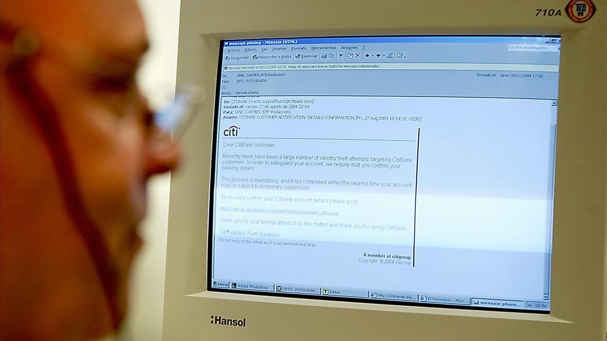 Un trabajador consulta un correono deseado deaspecto defraudulento