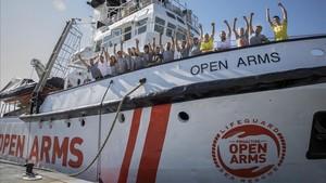 La tripulación del Proactiva Open Arms antes de zarpar este miércoles del Puerto de València a una nueva misión de rescate
