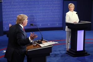 Trump y Clinton, durante el tercer y último debate antes de las elecciones, en Las Vegas.