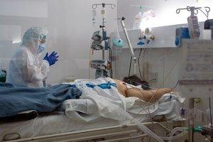 GRAFCAT4663. BADALONA (BARCELONA), 08/04/2020.- Un paciente con Covid-19 es atendido en la unidad de cuidados intensivos montada temporalmente para atender a los enfermos de coronavirus en el hospital Germans Trias i Pujol de Badalona (Barcelona), este miércoles, vigesimoquinto día del estado de alerta decretado por el Gobierno. EFE/Enric Fontcuberta