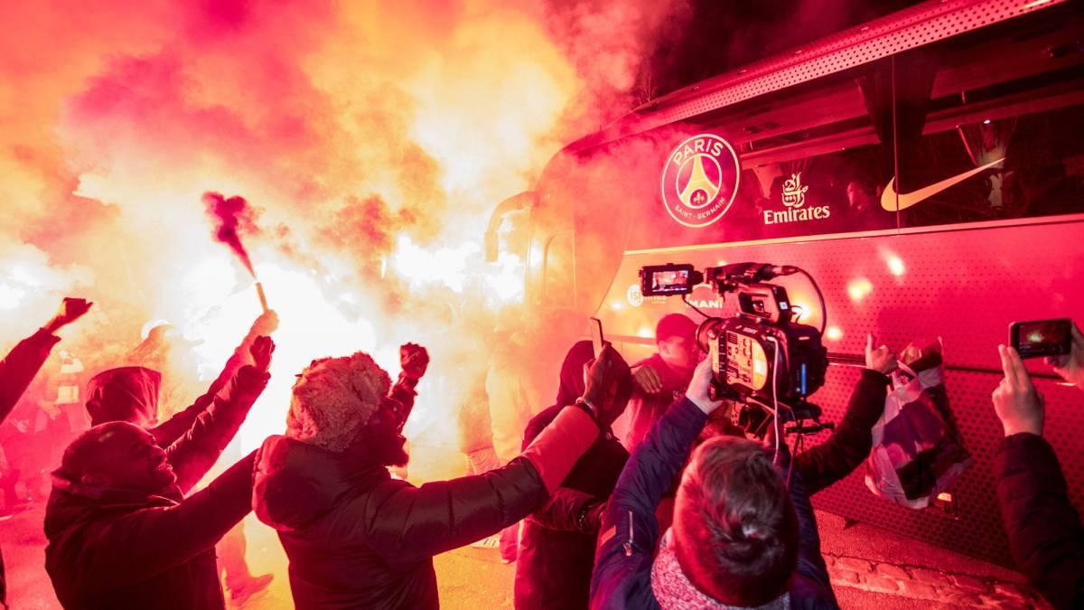 Ultras del PSG junto al autocar del equipo francés.