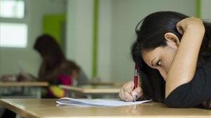 Una alumna de bachillerato realiza un examen en un instituto de Barcelona.