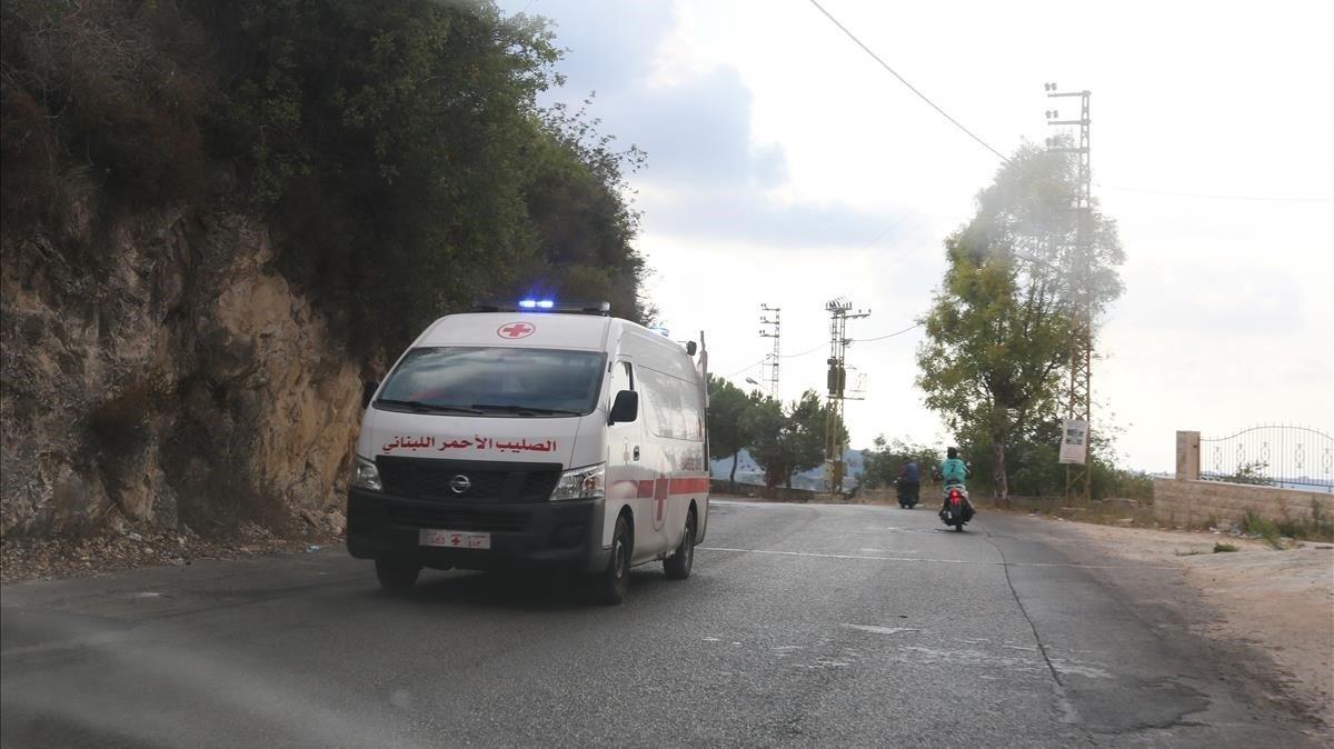 Una ambulancia en Ain Qana, durante el traslado de heridos.