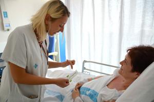 Una enfermera recoge datos del dolor de una paciente