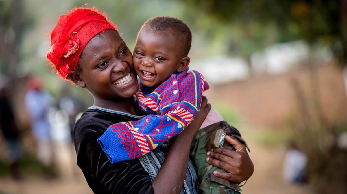 Una joven con su hijo de un año y dos meses, usuarios de un programa de apoyo de Unicef en Malawi.