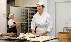 Una de las jóvenes contratadas gracias al programa La Caixa Empleo Joven.