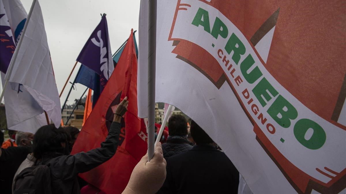 Una persona ondea una bandera con el lema 'Apruebo', a favor de redactar una nueva Constitución en Chile, el pasado 25 de septiembre en Santiago.