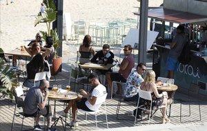 Una terraza en la playa del Bogatell.
