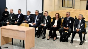 Los acusados en el juicio a la excupula de la CAM, en una de las sesiones del proceso.