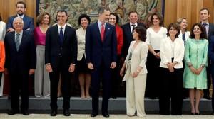 El Rey Felipe VI, el presidente, Pedro Sánchez, y el resto del Gobierno tras prometer sus cargos en el Palacio de la Zarzuela, este jueves.