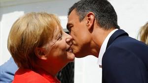 Pedro Sánchez saluda a Angela Merkel a su llegada a la residencia presidencial de Doñana.