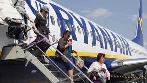 Unos pasajeros desembarcan de un vuelo de Ryanair.