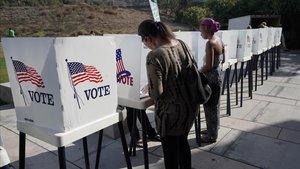 Urnas de votación en Culver City (California, EEUU), este domingo.