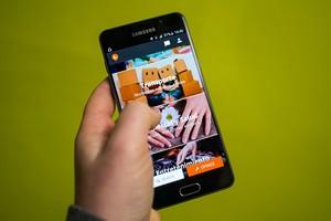 Un usuario consulta en su smartphone apps de economía colaborativa.