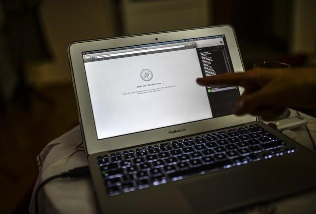 Un usuario turco muestra la pantalla en la que se informa del bloqueo de Twitter, este viernes en Estambul.
