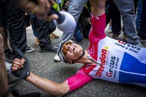 Mathieu van der Poel, en el suelo, tras el esfuerzo por la victoria.