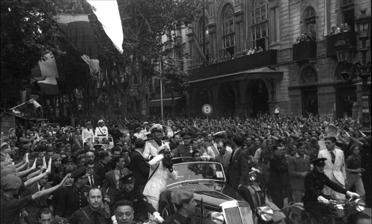 Visita apoteósica a Barcelona del conde Ciano, yerno de Mussolini y ministro de Exteriores italiano, desfilando por las Ramblas ypasando ante el Liceu, con la multitud aclamándole. Imagen del libro 'Nazis a Barcelona'.