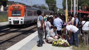 Familiares de las víctimas en la estación de Castelldefels Platja, al día siguiente del accidente.