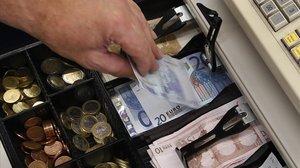 Pagar amb targeta de dèbit és 2,8 vegades més car que en efectiu