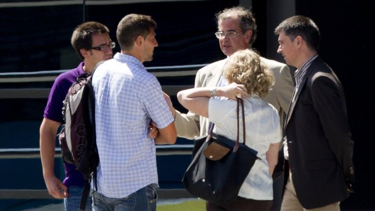El juez Joaquín Aguirre, en el centro con gafas, en uno de los registros del caso Macedonia.