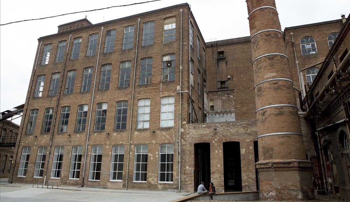 Fabra i Coats es una fábrica de creación barcelonesa que brindaapoyo a proyectos artísticos ofreciendoespacios para desarrollarlos.