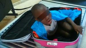 El niño, dentro de la maleta en Ceuta.