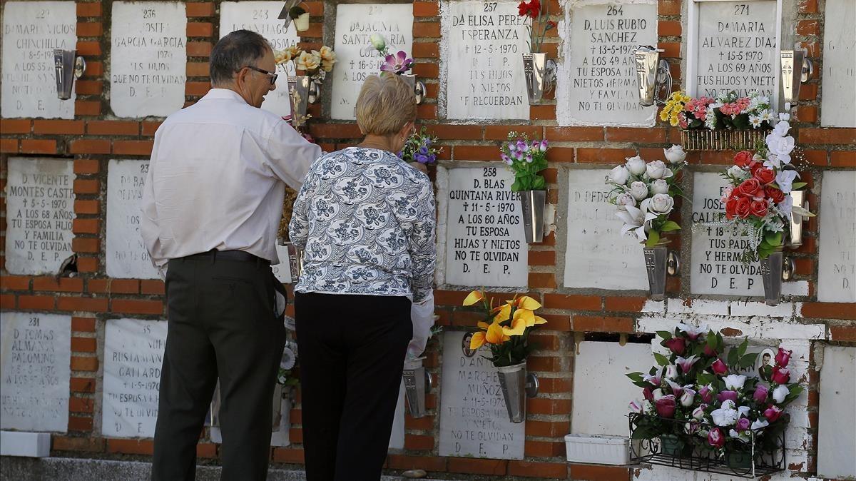 Visitantes de un cementerio.