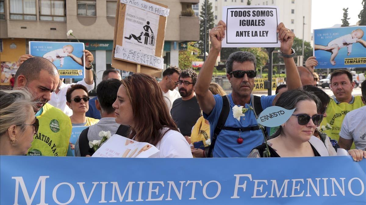 La asociacion Movimiento Femenino por la Igualdad Real y Custodia Compartida Yase manifiestan a la llegada de Franceso Arcuri.