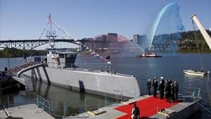 El Sea Hunter, el barco no tripulado más grande del mundo propiedad del ejército de Estados Unidos, el día de su inauguración en Oregon, EEUU.